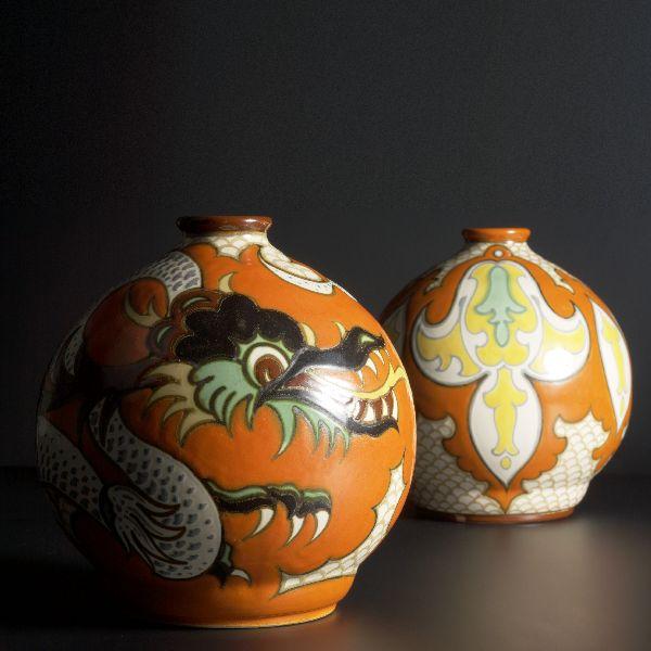 Twee bolvazen, de linker met decor Pudora