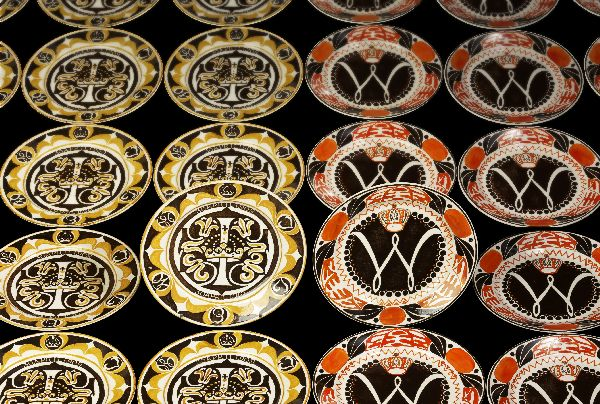 Wandborden ter herinnering aan de eerste verjaardag van prinses Juliana en de inhuldiging van koningin Wilhelmina