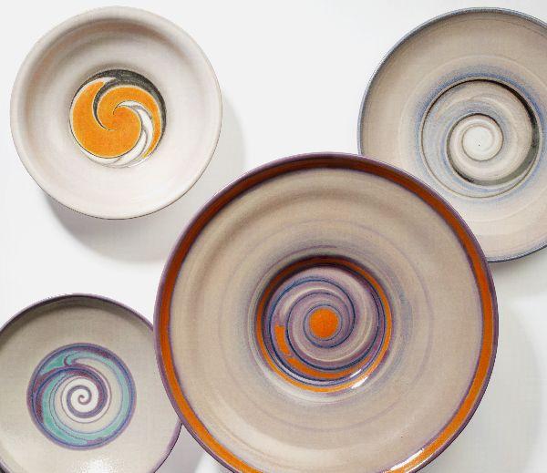 Vier borden met spiraalvormige decoratie